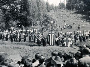 e Fra avdukingen av minnestøtten på Sarabråten, 16. juni 1946. Fotograf: Arne Sørby